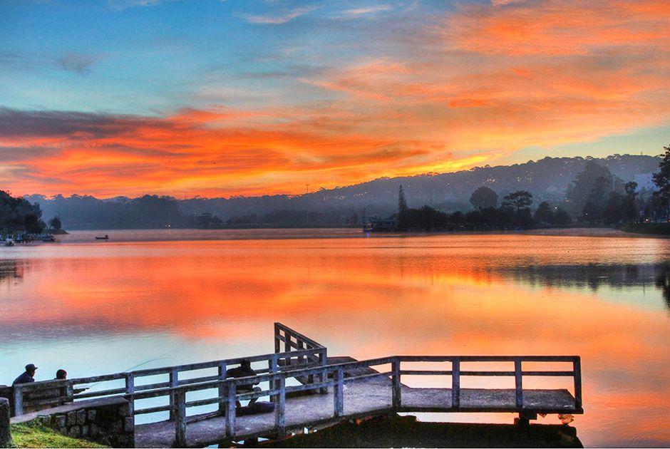 Hồ Xuân Hươngmơ màngtrong ánh hoàng hôn.